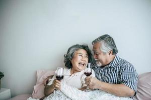 älteres Ehepaar, das sein Jubiläum im Schlafzimmer genießt