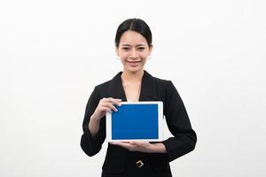 Geschäftsfrau, die Tablette in den Händen lokalisiert auf weißem Hintergrund hält foto