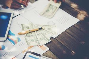 Business Team Arbeitsplatz auf einen neuen Businessplan mit Geld foto
