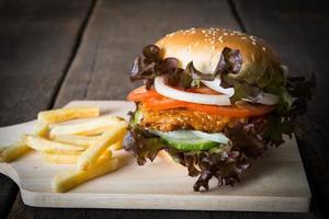 rustikaler hausgemachter Hamburger und Pommes foto