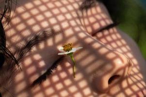 schattierte Beleuchtung im Gesicht eines Kindes foto