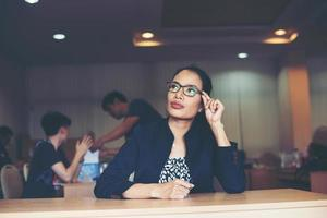 Geschäftsfrau, die im Büro arbeitet foto