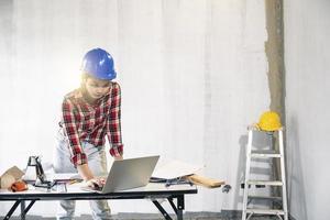 junger asiatischer Ingenieur, der ein Haus baut foto