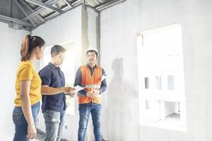 Drei Leute bauen ein Haus foto