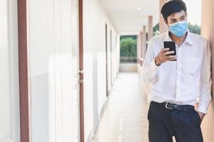 Mann, der eine chirurgische Maske trägt foto