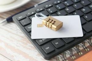 Schloss und Kreditkarte auf der Tastatur foto