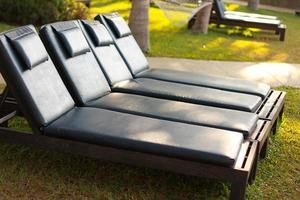 Liegestühle auf einem Rasen foto