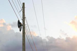 Strommast an elektrische Drähte angeschlossen foto