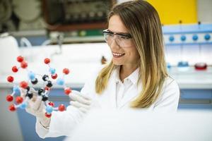 Chemikerin hält molekulares Modell im Labor foto