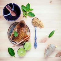 Wabe mit Limette, Minze und Salz foto