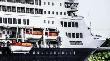 Menschen, die an der Seite eines Kreuzfahrtschiffes arbeiten foto