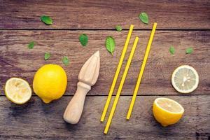 frische Zitrone und Holzsaftpresse foto