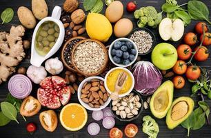 Gruppe von gesunden Lebensmitteln auf einem dunklen Hintergrund foto