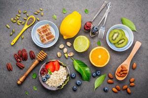 frisches Frühstück auf grauem Hintergrund