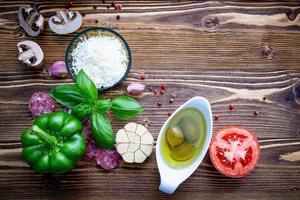frisches Gemüse und Kräuter zum Kochen foto