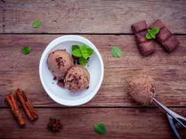 Schokoladeneis in einer weißen Schüssel foto