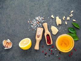 Zitronenvinaigrette-Bestandteile auf einem grauen Hintergrund
