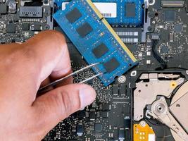 Techniker, der einen Computer repariert foto