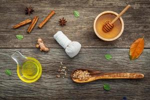 natürliche Spa-Hautpflege auf Holz