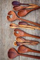 hölzerne Kochutensilien auf Holz
