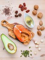 gesunde Lebensmittel auf einem braunen Hintergrund foto