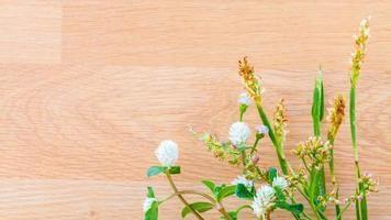 Wildblumen auf Holz foto
