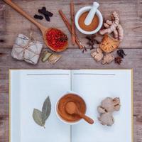 Kräutermedizin mit einem Buch foto