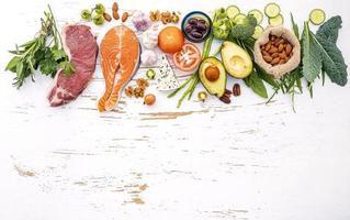kohlenhydratarme Lebensmittel auf einem schäbigen weißen Hintergrund foto