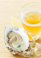 frische Austern ein Glas Wein foto