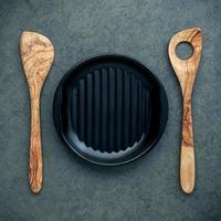 Teller und hölzerne Kochutensilien