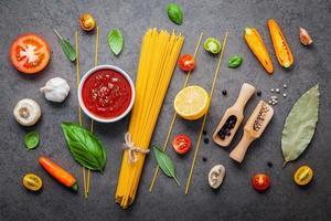 flache Lage von Spaghetti-Zutaten foto