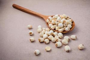 rohe Lotus-Samen mit einem Löffel foto