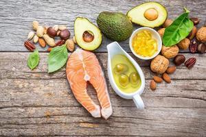 gesunde Ernährung mit Omega-3-Fettsäuren und ungesättigten Fetten foto