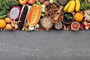 gesundes Essen mit Kopienraum auf grauem Hintergrund foto