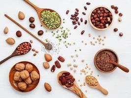Draufsicht auf Hülsenfrüchte und Nüsse foto