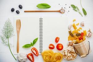 italienisches Lebensmittelkonzept mit einem Notizbuch