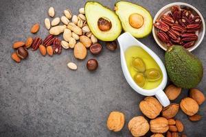Draufsicht auf Nüsse und Olivenöl foto
