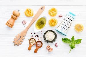 frische Nudelgericht Zutaten auf einem schäbigen weißen Hintergrund