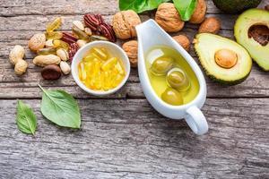 Omega 3 und ungesättigte Fette reich an Lebensmitteln auf rustikalem Holz foto
