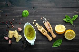 Draufsicht auf Pesto-Zutaten foto