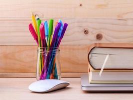 Utensilien mit einer Maus und Büchern