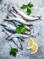 Shishamo Fisch mit Petersilie und Zitrone foto