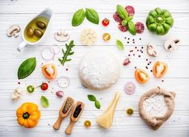 frische Pizza-Zutaten auf einem schäbigen weißen Hintergrund foto