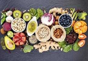 Draufsicht auf eine Auswahl gesunder Lebensmittel foto