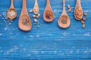 Nüsse und Körner auf einem blauen Hintergrund foto