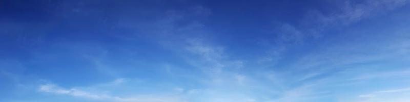 Wolken an einem sonnigen Tag foto