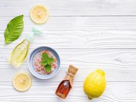 Salz, Honig und Zitrone auf einem schäbigen weißen Hintergrund foto