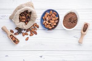 Kakaobohnen mit Pulver foto