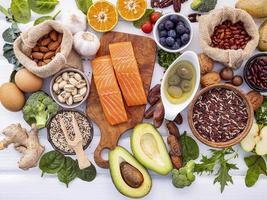 Lachs und andere frische Lebensmittel auf weißem Holz foto