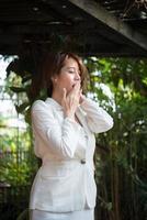 junge Geschäftsfrau streckt sich und gähnt foto